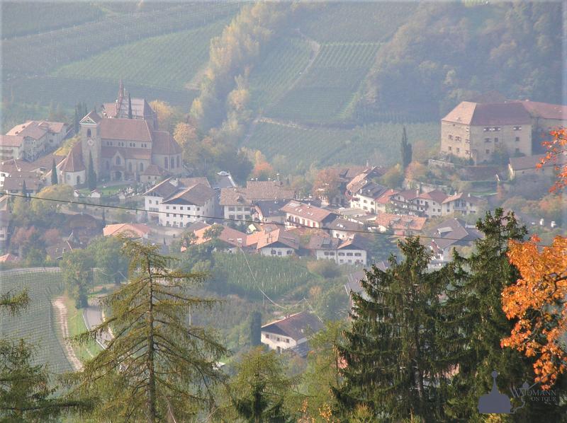 Blick auf den Ort mit Schloss und Mausoleum